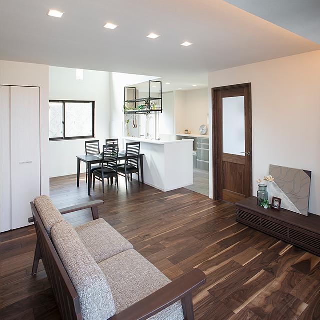 壁面と床面のコントラストが美しいLDK