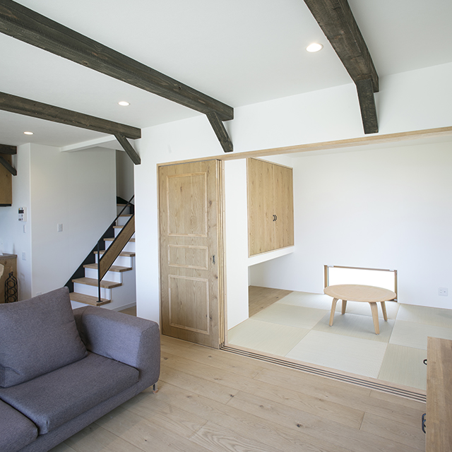 室内はテラコッタ調の床材や古木を思わせる付きばり造り