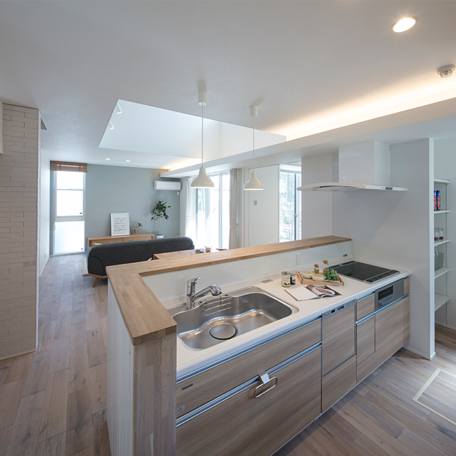 無垢材を使い優しい色調のキッチン